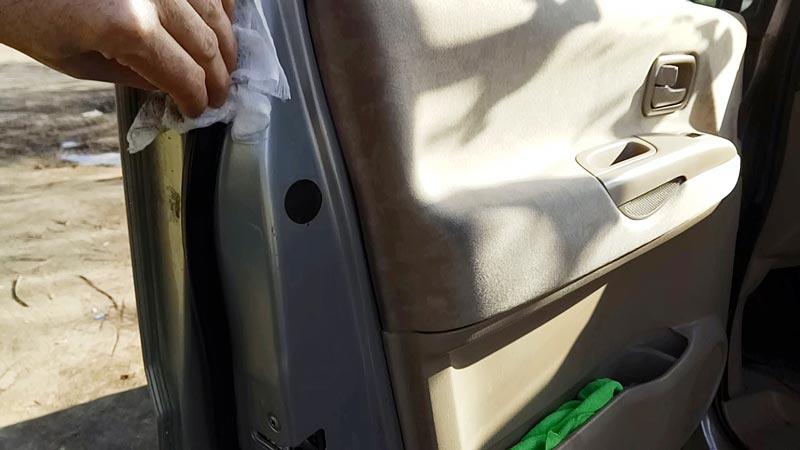 Обработка уплотнителей дверей автомобиля средством для ухода за резиной Liqui Moly Gummi-pflege